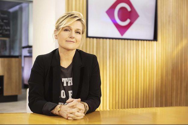 """Anne-Elisabeth Lemoine sur le plateau de """"C à vous""""."""
