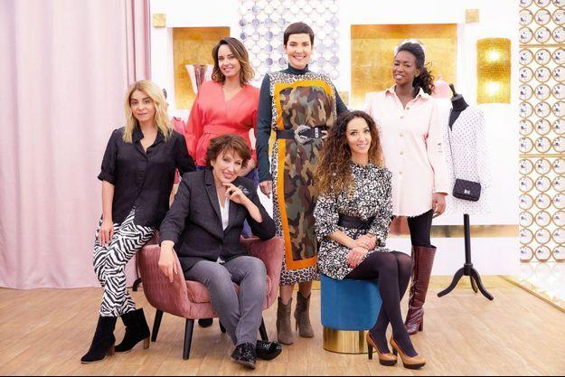 Assises : Julie Zenatti, Roselyne Bachelot et Emmanuelle Rivassou. Debout : Julia Vignali, Cristina Cordula et Hapsatou Sy.