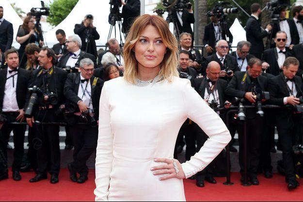 Caroline Receveur monte les marches de Cannes, le 13 mai 2016.
