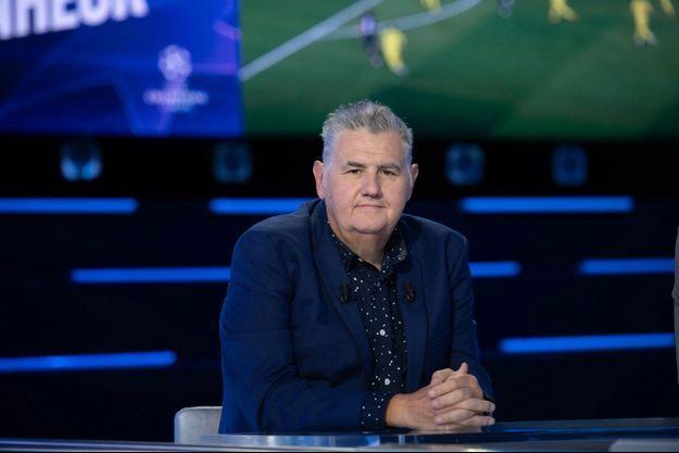 """Pierre Ménès sur le plateau du """"Canal Football Club""""."""