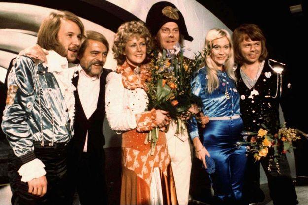 """Le groupe ABBA après sa victoire à l'Eurovision en 1974 avec le tube """"Waterloo""""."""