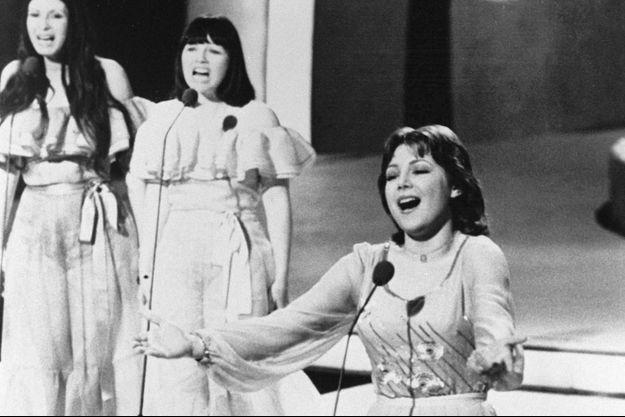 """Marie Myriam chante """"L'oiseau et l'enfant"""" à l'Eurovision 1977, à Londres."""