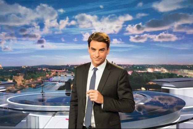 Julian Bugier sur le plateau du 20 heures de France 2.