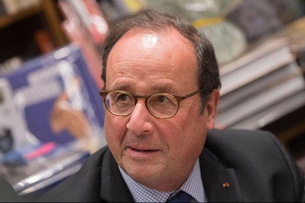 """François Hollande en dédicaces de son livre """"Les Leçons du Pouvoir"""" le 28 novembre à Nantes."""