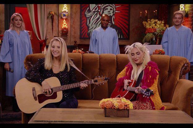 """Lisa Kudrow et Lady Gaga dans l'épisode spécial de """"Friends""""."""