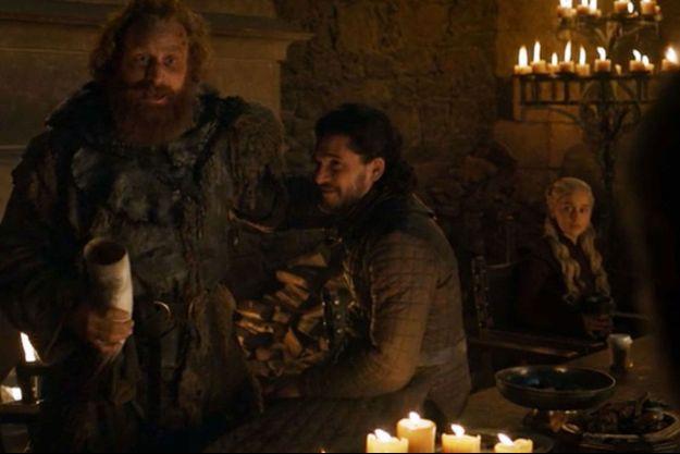 """Un gobelet en plastique est visible sur la table du banquet dans cette scène de l'épisode 4 de la saison 8 de """"Game of Thrones""""."""