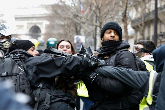 """Agression d'une équipe de journalistes dans le cortège des """"gilets jaunes"""" à Apris lors de l'acte IX, le 12 janvier."""