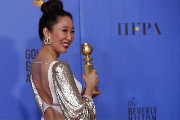 """Sandra Oh avec son Golden Globe de la Meilleure actrice dans une série dramatique pour """"Killing Eve""""."""