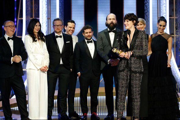 """Phoebe Waller-Bridge sur la scène des Golden Globes avec l'équipe de """"Fleabag""""."""