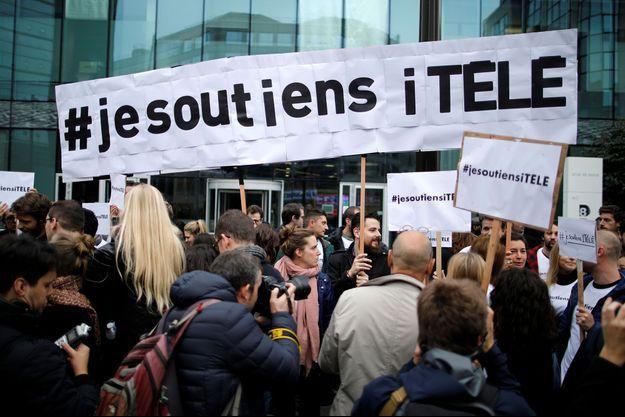 Des grévistes devant le siège d'iTélé, à Boulogne, le 25 octobre dernier.