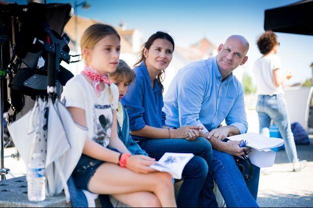 """Harlan Coben et Virginie Ledoyen sur le tournage de """"Juste un regard""""."""
