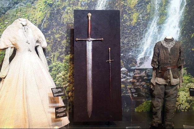 La robe de mariée de Sansa, l'épée de Ned Stark, celle d'Arya et l'incontournable tenue de cette dernière