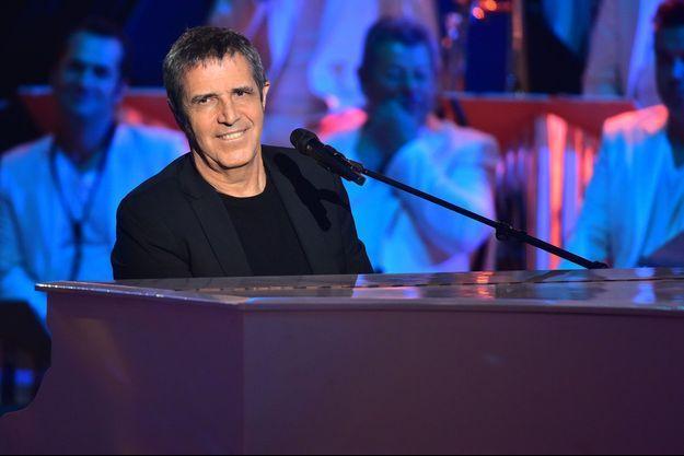 """Julien Clerc, lors de l'enregistrement de l'émission """"Les Années Bonheur"""", en mars 2018."""