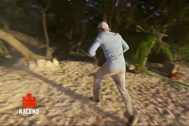 """Joseph qui éteint le feu de son camp dans """"Koh-Lanta : L'Île des héros""""."""