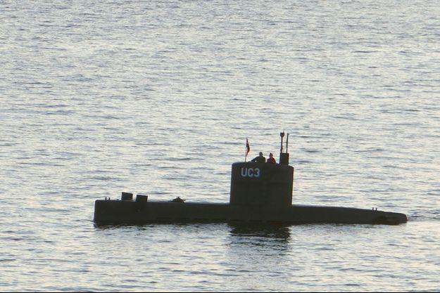 Kim Wall, aux côtés d'un homme, à bord du sous-marin, le 10 août 2017