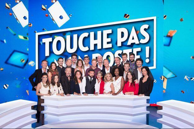 """Cyril Hanouna et ses chroniqueurs sur le plateau de """"Touche pas à mon poste""""."""