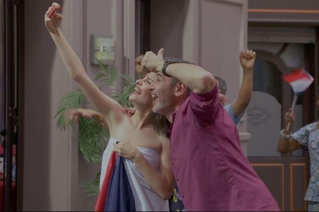 """Sabrina et Patrick Nebout célèbrent la victoire des Bleus dans """"Plus Belle La Vie""""."""