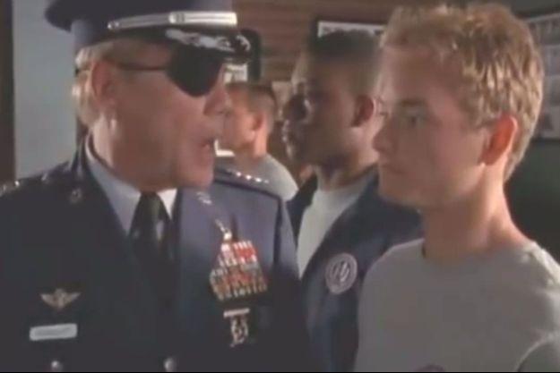 Le commandant Spangler (Daniel von Bargen) et Fancis (Christopher Kennedy Masterson).