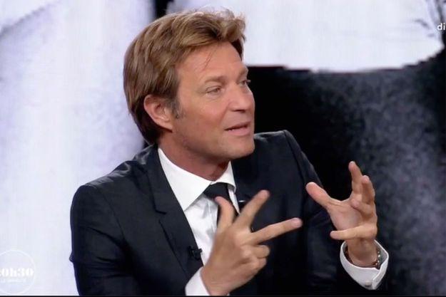 """Laurent Delahousse sur le plateau de """"19 heures le dimanche""""."""