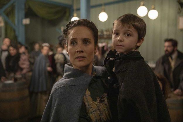 """Julie de Bona (Rose) et Adrien Guionnet (Thomas) dans """"Le Bazar de la charité""""."""