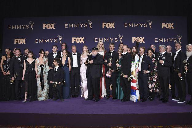 """L'équipe de """"Game of Thrones"""" et l'auteur de la sage George R.R. Martin aux Emmy Awards, dimanche à Los Angeles."""