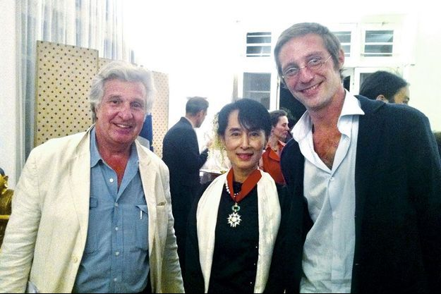 Aung San Suu Kyi avec Alain de Chalvron et son fils, Marc, alors reporter à i>Télé : « Elle n'en revenait pas que mon fils soit mon concurrent ! »