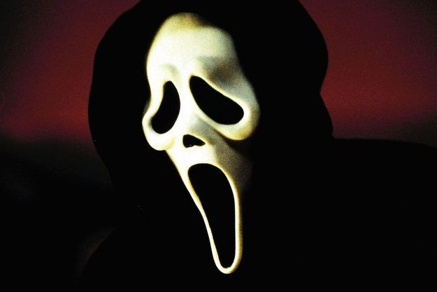 Le célèbre masque des longs-métrages ne semble pas avoir été repris dans la série.