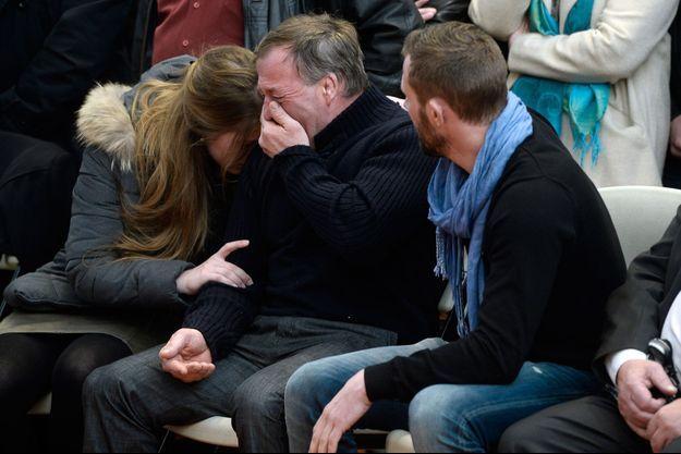 """Le père d'Alexis Vastine en larmes lors d'un hommage aux victimes de """"Dropped""""."""