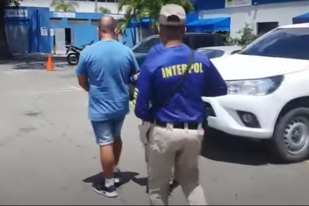 Marc Feren Claude Biart, à gauche, lors de son arrestation par Interpol en République Dominicaine.