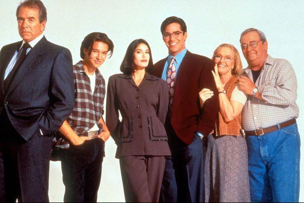 Lane Smith, Justin Whalin, Teri Hatcher, Dean Cain, K. Callan et Eddie Jones (à droite).