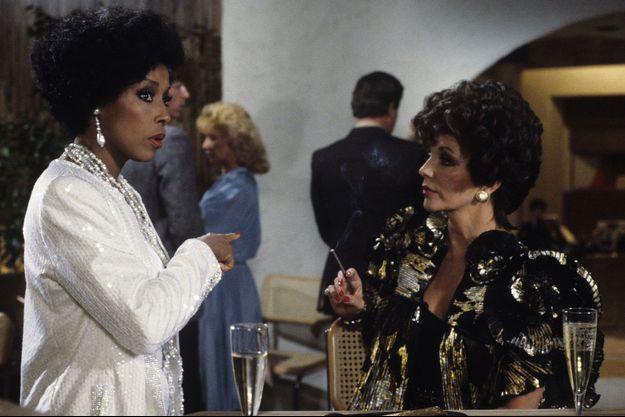 """Diahann Carroll et Joan Collins dans """"Dynastie"""" en 1984."""