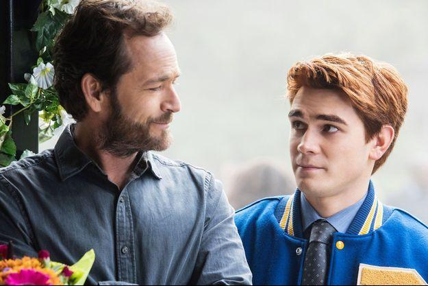 """Luke Perry et K.J. Apa dans """"Riverdale""""."""