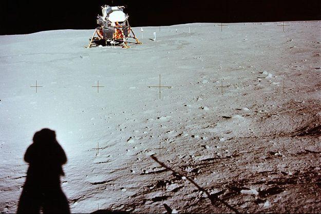 Neil Armstrong photographie son ombre sur le sol de la Lune.