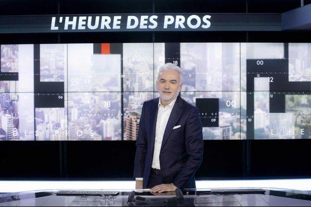 """Pascal Praud sur le plateau de """"L'Heure des Pros""""."""