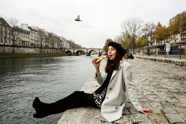 Un croissant en bord de Seine pour Rebecca Leffler, qui comme Emily joue avec les clichés.