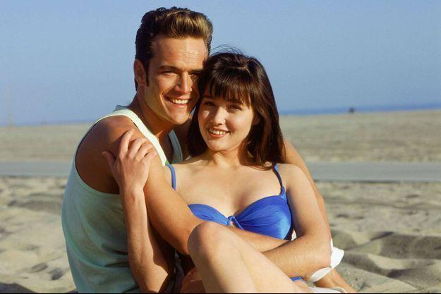 """Shannen Doherty et Luke Perry dans """"Beverly Hills"""" en 1990."""