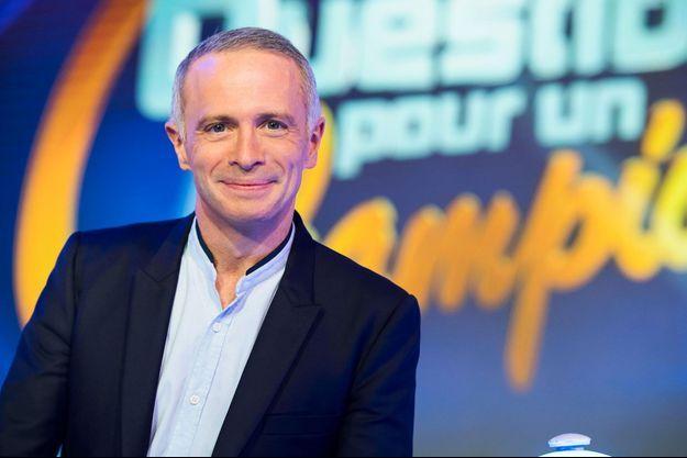 """Samuel Etienne sur le plateau de """"Questions pour un champion""""."""