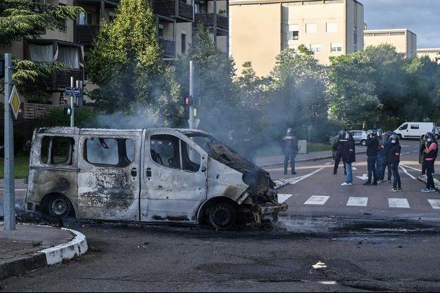 Un véhicule incendié à DIjon, lundi.