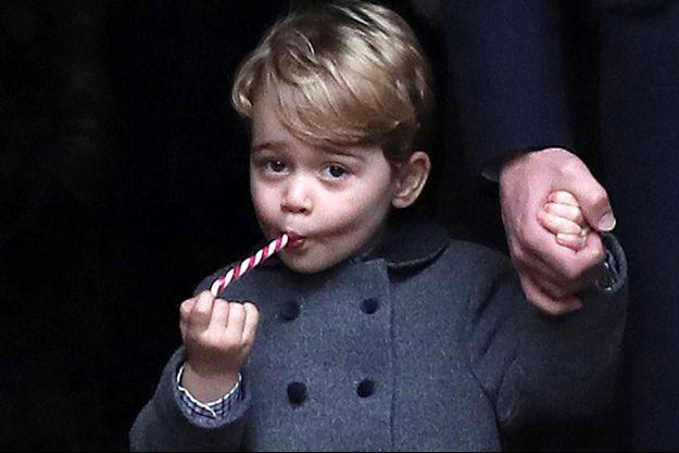 """Un manteau similaire à celui porté par le prince George ce 25 décembre 2016 a été utilisé dans la saison 3 de """"The Crown""""."""