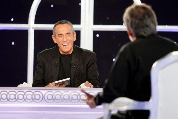 """Thierry Ardisson sur le plateau de """"Salut les terriens""""."""