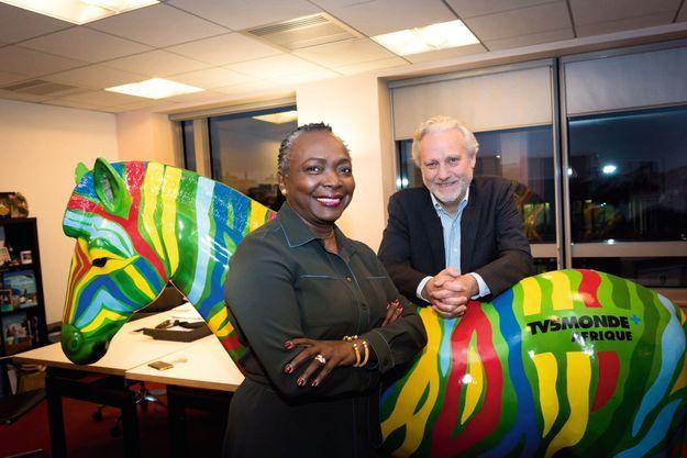 Denise Epoté, Yves Bigot et l'emblème de TV5Monde Afrique, un zèbre aux couleurs des drapeaux du continent.