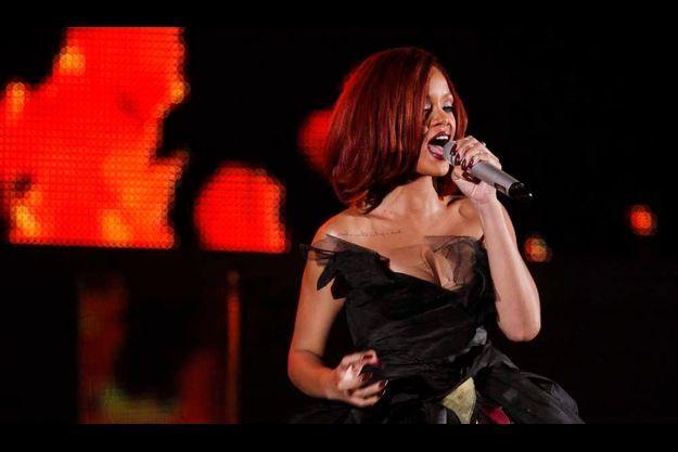 Rihanna a fait une belle prestation et a remporté le Grammy de la Chanson dance de l'année pour Only Girl (In The World), mais s'est fait prendre ceux de chanson de l'année, de chanson rap de l'année, de collaboration rap/chantée et de clip de l'année, pour Love the Way You Lie, son duo avec Eminem.