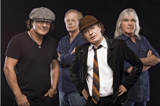 De g. à dr.: Brian Johnson, Stevie young, Angus Young et Cliff Williams.