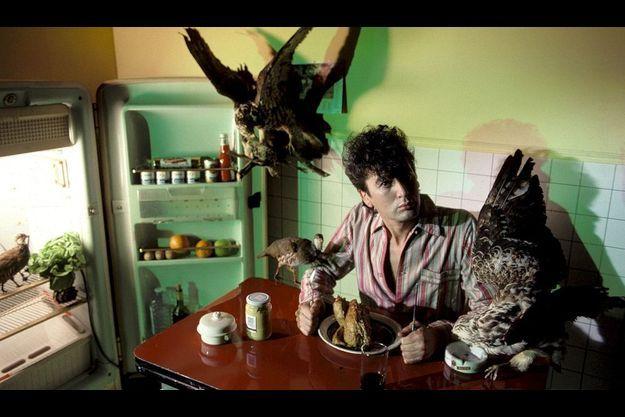 Comme un oiseau tombé du nid. Bashung choisit le mystère et la poésie au risque de désarçonner son public. Mais en 1984 Bashung se méfie encore du succès. Il chante dans «J'croise aux Hébrides» : «Je dédie cette angoisse à un chanteur disparu/ Mort de soif dans le désert de Gaby/ Respectez une minute de silence.»