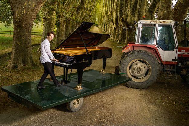 Dans l'allée de platanes bicentenaires du château de Florans, où a lieu le Festival de La Roque-d'Anthéron. Le 26 juillet, Alexandre Kantorow au piano avant même qu'il ne soit installé sur la scène.