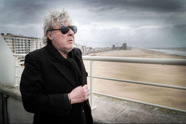 Arno prend la pose sur le balcon du casino d'Ostende comme Ensor l'avait fait sur un cliché en noir et blanc exposé au MuZee.
