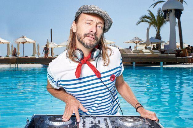 Bob Sinclar à sa platine, à Ibiza.