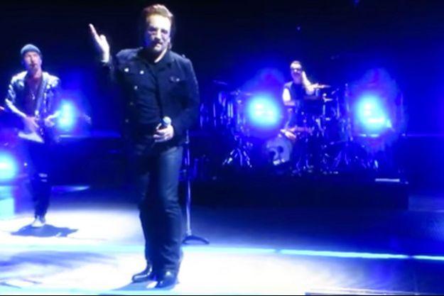 Le chanteur Bono s'excusant sur la scène de Berlin.