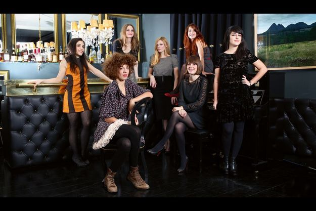 De gauche à droite : Brune, Madjo, L (derrière le bar), Elodie Frégé, La Fiancée, Babet (assise sur le piano), Nili de Lilly Wood & The Prick