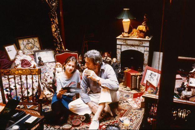 Serge Gainsbourg avec Charlotte en 1983 dans sa maison-musée.